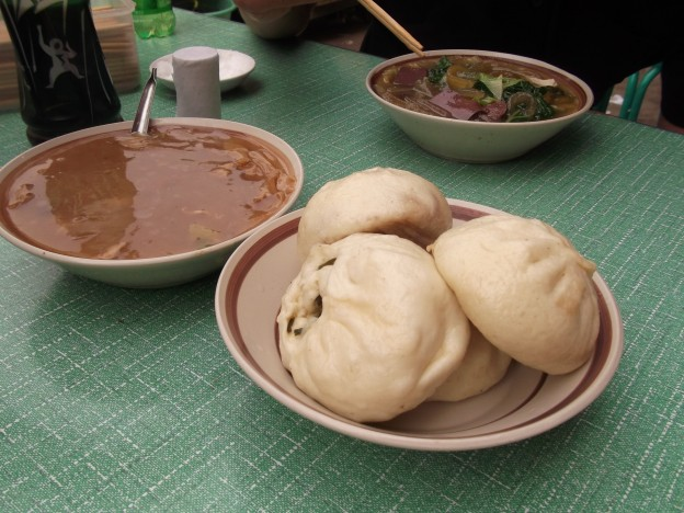 中国の朝ごはんの定番は、肉まんとスープ